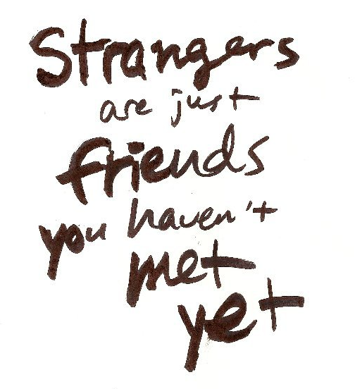 Handgeschreven zwarte letters op een witte achtergrond 'Strangers are just friends you haven't met yet.'
